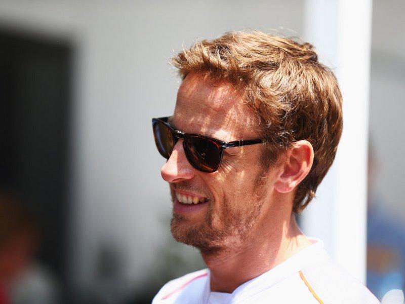 Po Hamiltonovih kritikah čez McLaren, Button zaščitniški