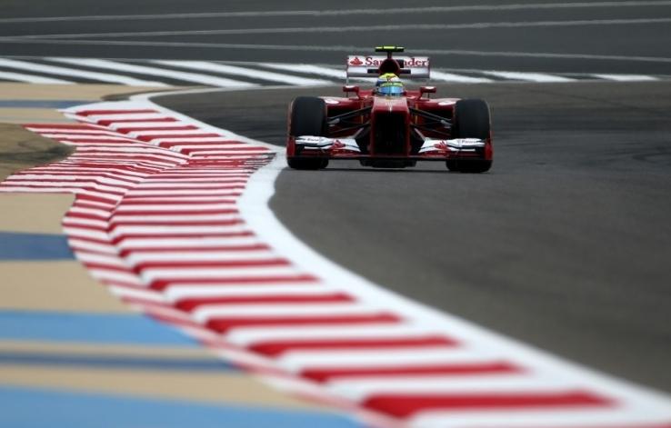 Ferrarija na vrhu prvega treninga