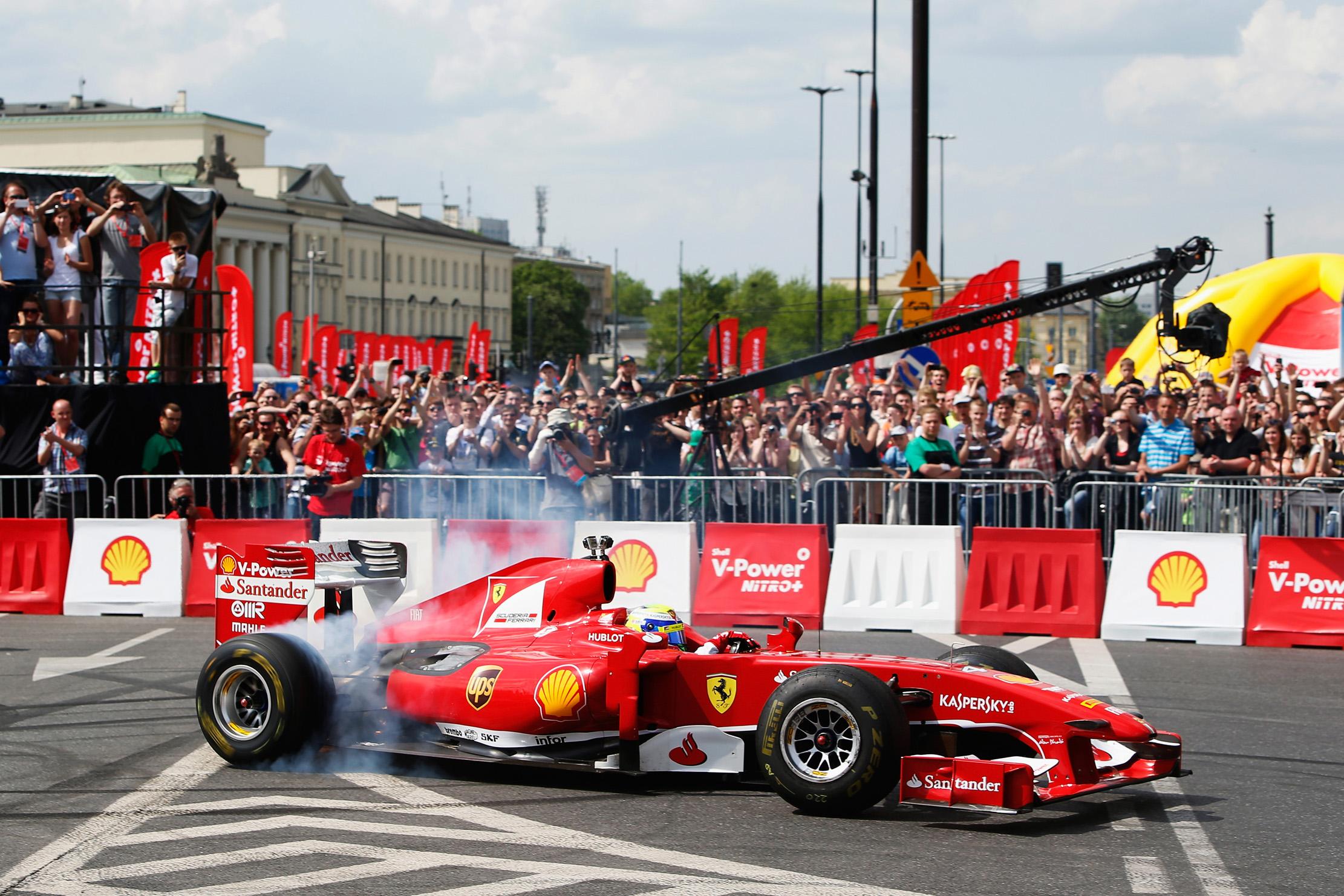 Massa z F60 po ulicah Varšave