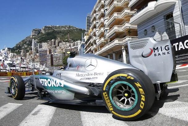Mercedes v Monaku z obrnjenimi gumami