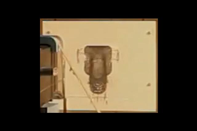 """Na sliki je """"kontrolna"""" plošča, na kateri se po opravljenem crash testu vidi odtis nosu Caterhamovega dirkalnika"""