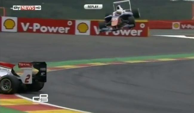VIDEO: Trimetrski polet dirkalnika
