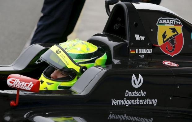 """Mali"" Schumacher navdušil na prvi dirki"