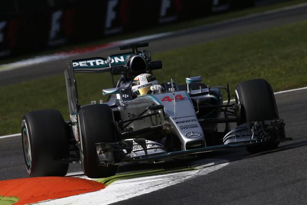 Mercedes z novim motorjem daleč spredaj