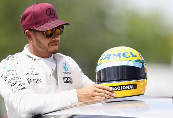 Družina Senna Hamiltonu poklonila legendarno čelado