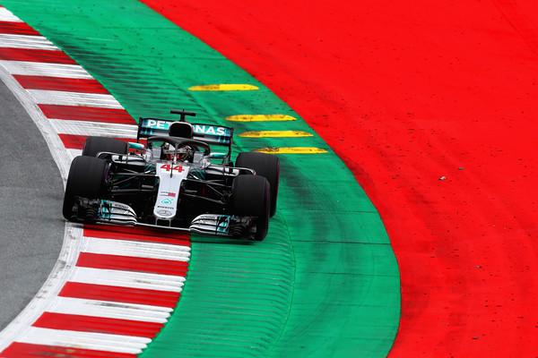 Mercedesa na vrhu prvega prostega treninga v Avstriji