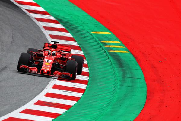 Vettel kaznovan zaradi oviranja Sainza