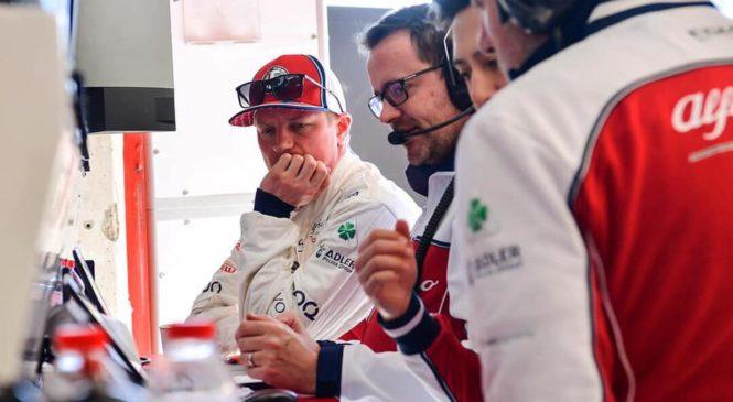 VIDEO: Raikkonen si je kar sam popravil dirkaški sedež