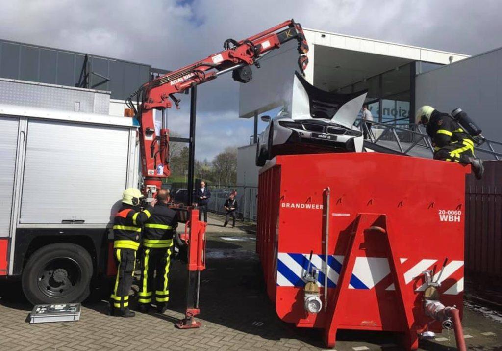 Gasilci so goreči BMW i8 potopili v kontejner z vodo