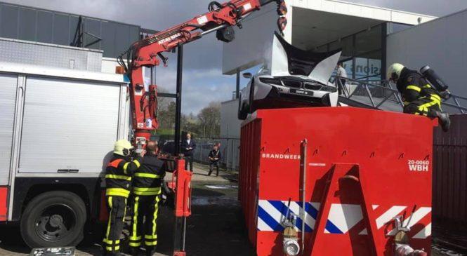 Gorečega BMW i8 potopili v kontejner vode