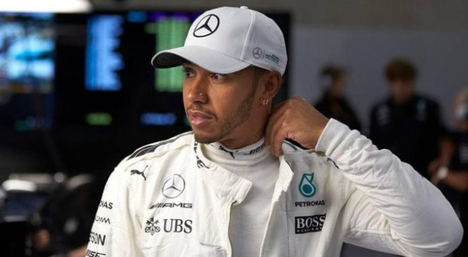 Mercedesa na vrhu prvega prostega treninga