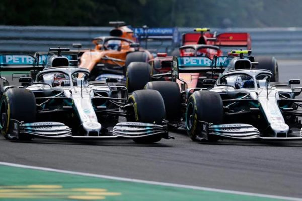 Lewis Hamilton in Valtteri Bottas kolo ob kolesu na Hungaroringu