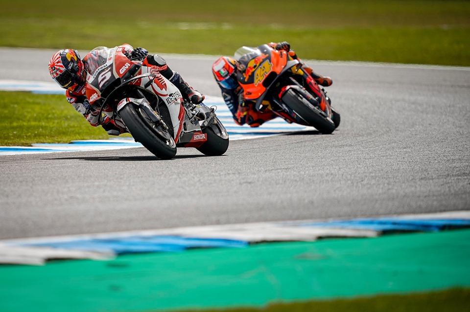 Johann Zarco v boju z Polom Espargarojem (MotoGP Phillip Island)