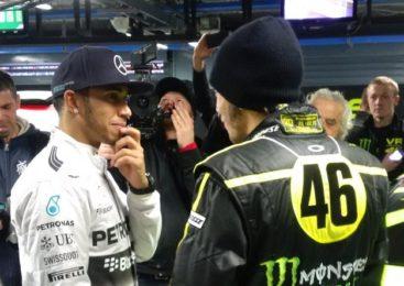 Hamilton sedel na Rossijevo MotoGP Yamaho in padel