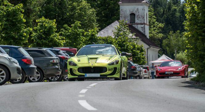 Srečanje avtomobilskih navdušencev ob idiličnem Bloškem jezeru