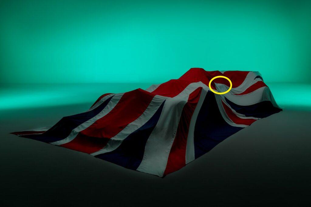 Aston Martin je včeraj objavil fotografijo pokritega dirkalnika AMR21, ki med drugim razkriva izboklino na pokrovu motorja in nos, precej podoben Mercedesovemu.