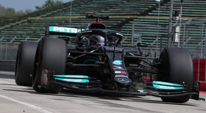 Hamilton v Imoli preizkusil 18-plačne gume za sezono 2022