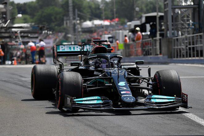 Lewis Hamilton je osvojil pole position in bo jutri začel s kompletom pnevmatik srednje zmesi.