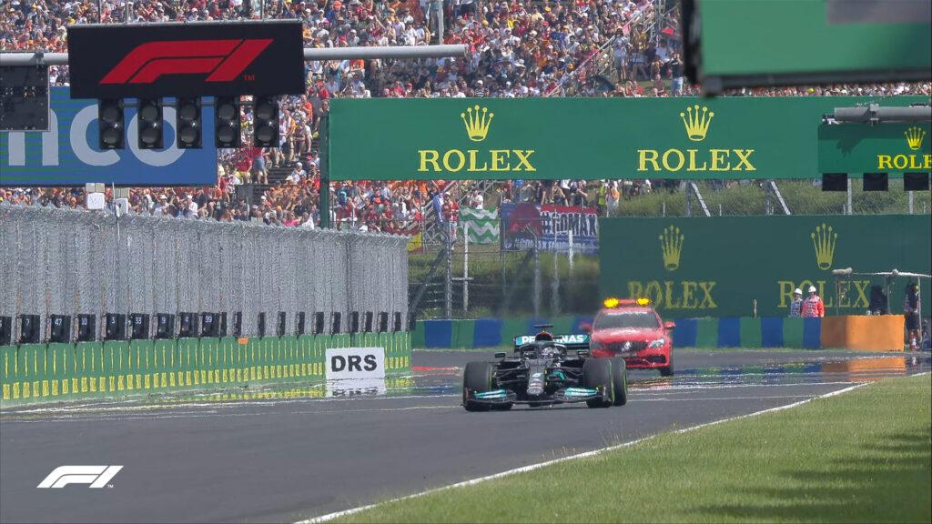 Nenavaden prizor, ko je Lewis Hamilton edini dirko po prekinitvi začel s štartne vrste.